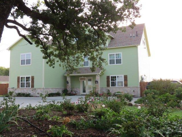 Big Green House BNB- sleeps 12-16. 15 min Winstar