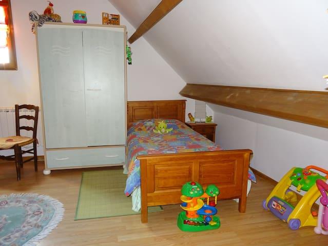 Un des deux petits lits sur la mezzanine.