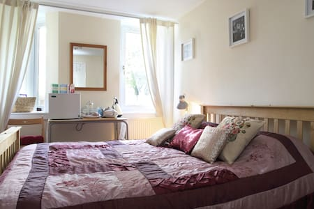 Comfortable double bedroom in stylish Stockbridge - Edimburg