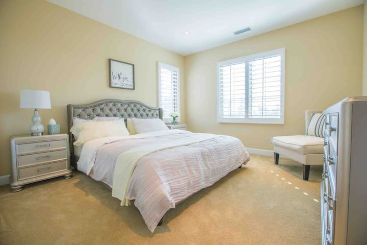 King size bedroom with private bathroom,M
