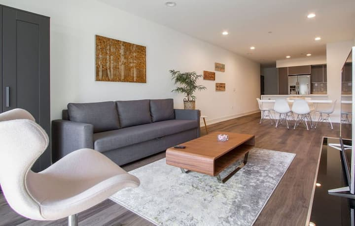 NEAT 3 BED+3BATH BY MELROSE BLVD