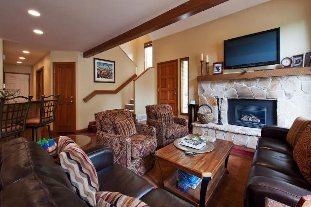 Stunning Townhouse in Deer Valley with 4 Bedrooms, 4 Bathrooms, Fireplace, HDTV's! Private Patio & Hot Tub