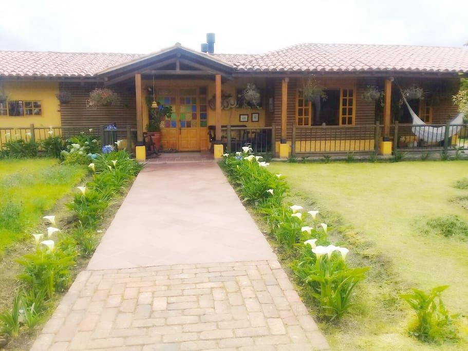 Casa acogedora con espacios para compartir con familia y amigos