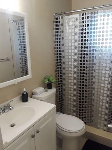 Baño fuera de la habitación pero exclusivo de nuestros huéspedes.