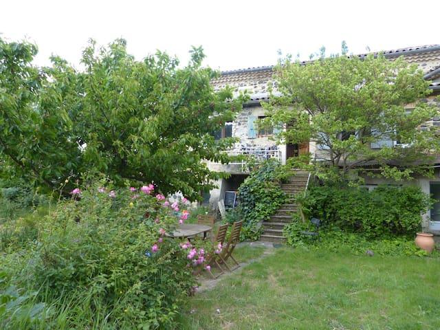 Belle maison avec jardin dans village de caractère