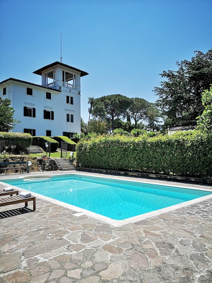 Villa Empolese con torre parco piscina