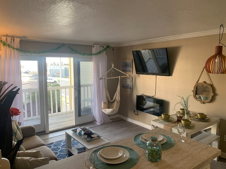 Beautiful Beach Condo| Sleeps 6| Walk everywhere|
