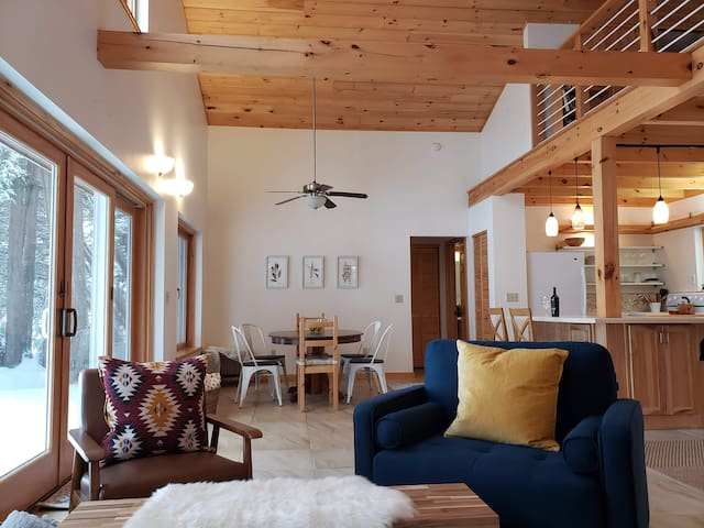 The Boathouse - Lovely Lakeside Retreat