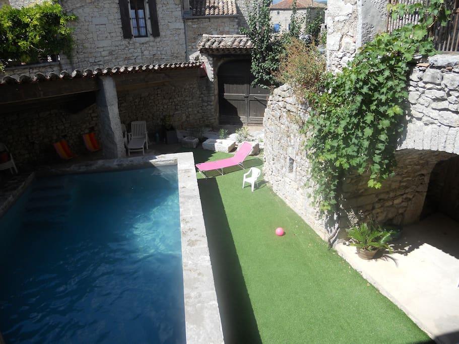 La piscine chauffée commune aux deux gites du domaine