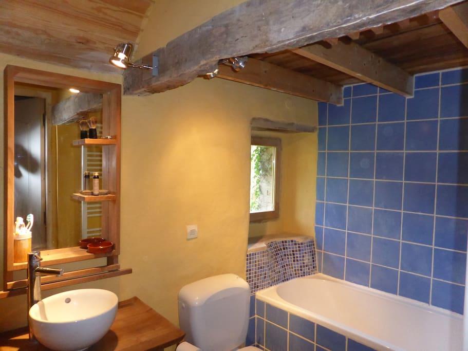 Salle de bain       côté fenêtre