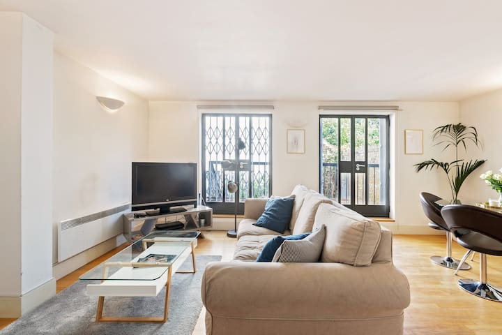 Elegant 2 BR Duplex in Kensington + Patio