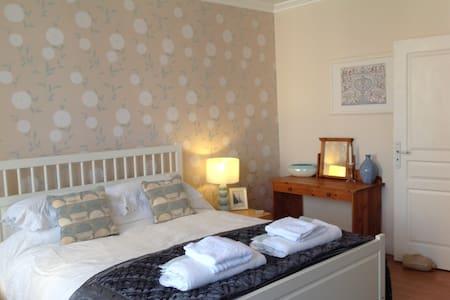 Maison Sur la colline bed and breakfast - Dun-le-Palestel - Bed & Breakfast