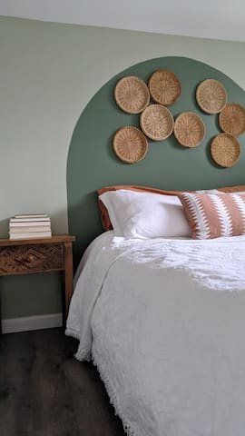 Bright Brookland Basement Suite and Garden