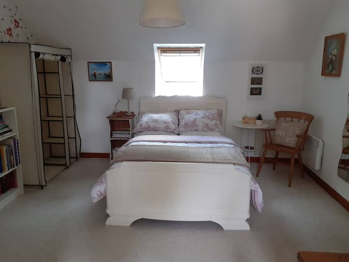 Montgivray: Spacious double room in modern home