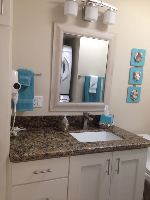 Second bathroom/laundry room/ segundo baño y cuarto de lavado.