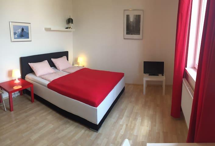 MODERN Apt -10min CENTER &FREE parking + QUEEN Bed - Prag - Daire