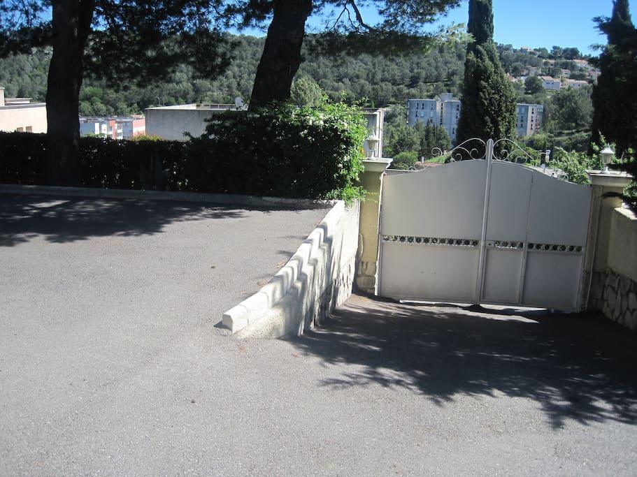 Portail d'entrée avec emplacement pour garer la voiture sur la droite