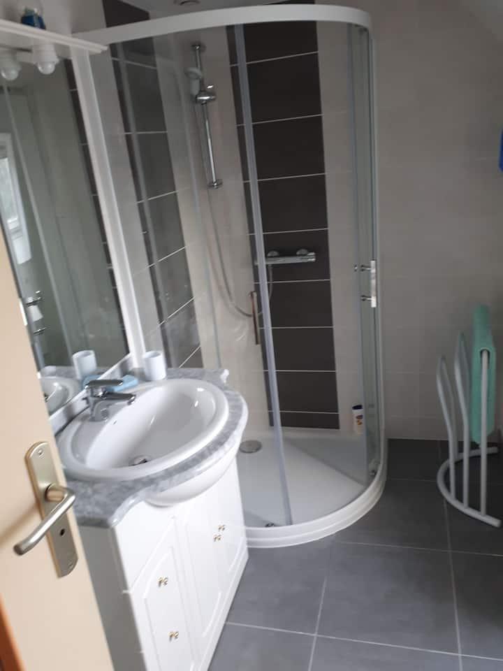 Chambre meublée lit 140 placard penderie douche wc