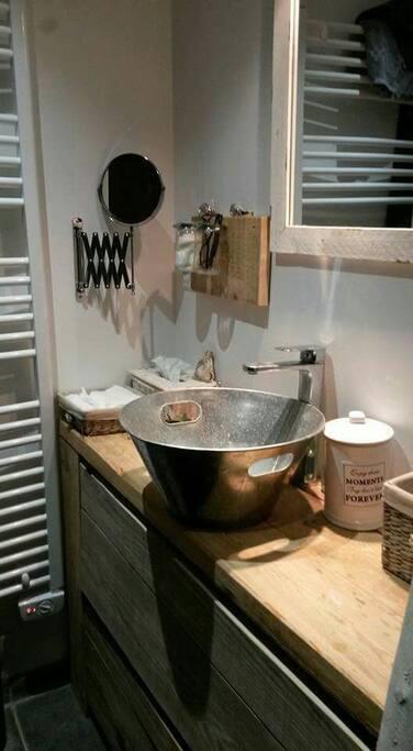 la salle d'eau avec grande douche à l'italienne airbb qui se trouve dans la chambre