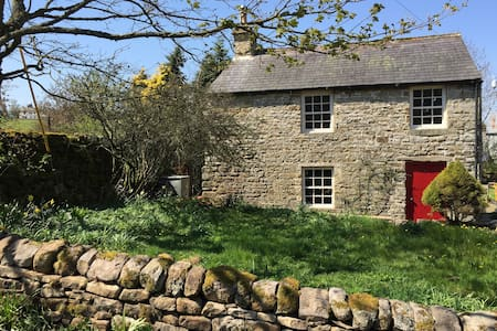 Cosy uplands getaway, log burner, riverside walks