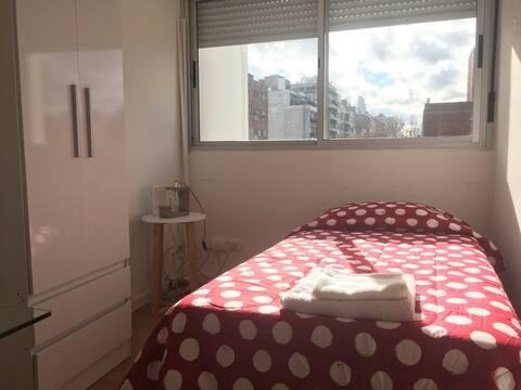 Cálido dormitorio en el centro de Montevideo