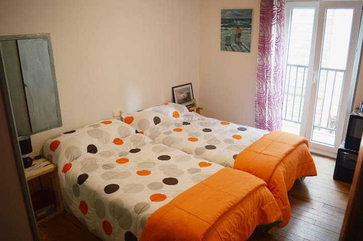 Center Zarautz. Two single beds in a private room. - Zarautz - Ev