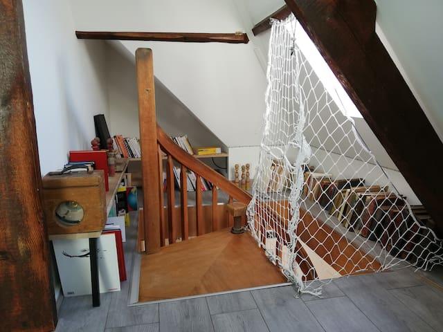 La bibliothèque nouvellement réalisée, qui donne en haut de l'escalier et sur le palier de la chambre n°2
