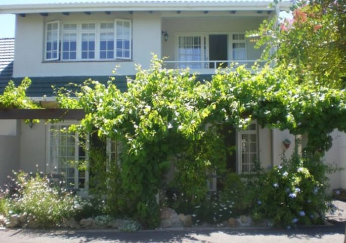 Centrally positioned in  picturesque Somerset West