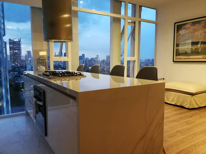 LUXURY APARTMENT: 360º CITY VIEW & AMENITIES!
