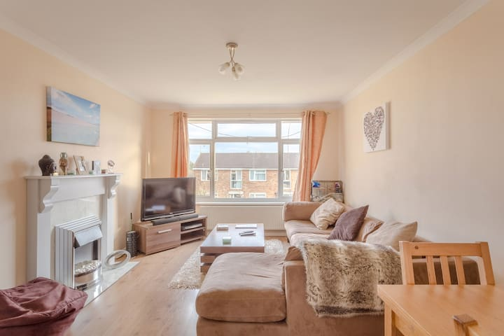 Cosy 2 bed (sleeps 4) first floor maisonette.