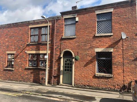 Mill house Leyland Lancashire Sleeps 6, Parking