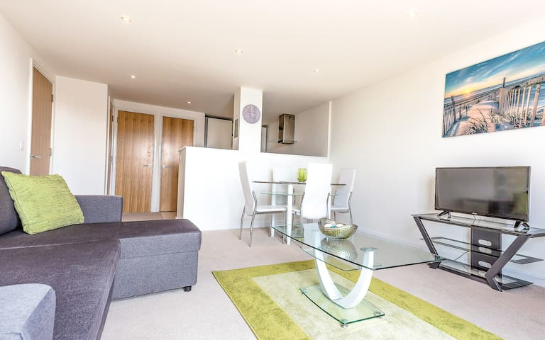Central, Luxury 1 Bed Apartment with balcony