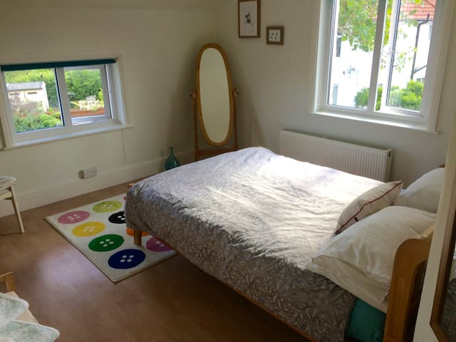 Comfortable room in home by the sea and town. - Exmouth - Dům