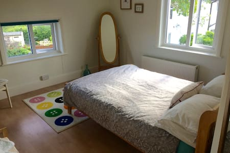 Comfortable room in home by the sea and town. - Exmouth - Maison