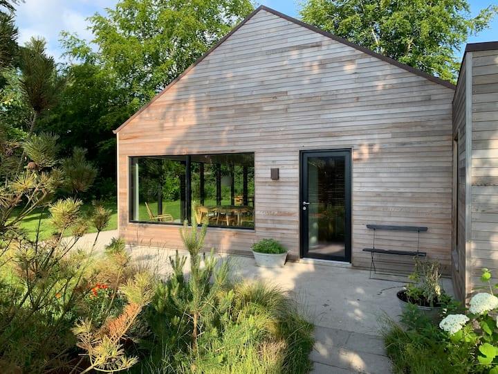 Nybygget træhus ved vand og skov udlejes