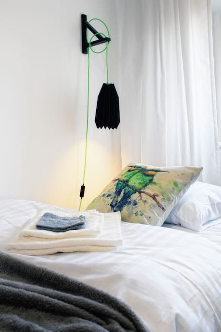 Przy łóżku znajduje się lampka nocna - też lubię czytać wieczorami.