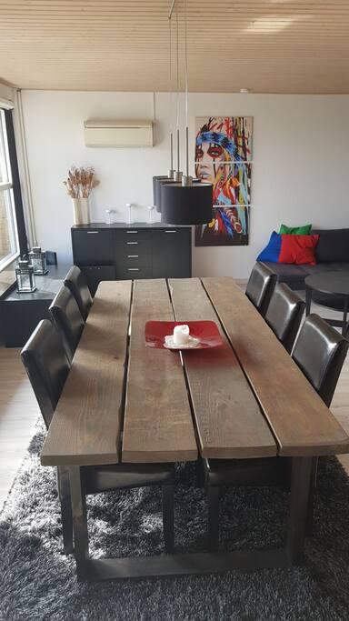 stue med 6 spisepladser.
