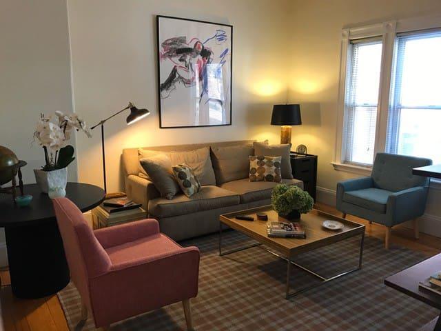 Stylish, Comfortable 6-Room/2 Bath 1st Fl apt - บอสตัน