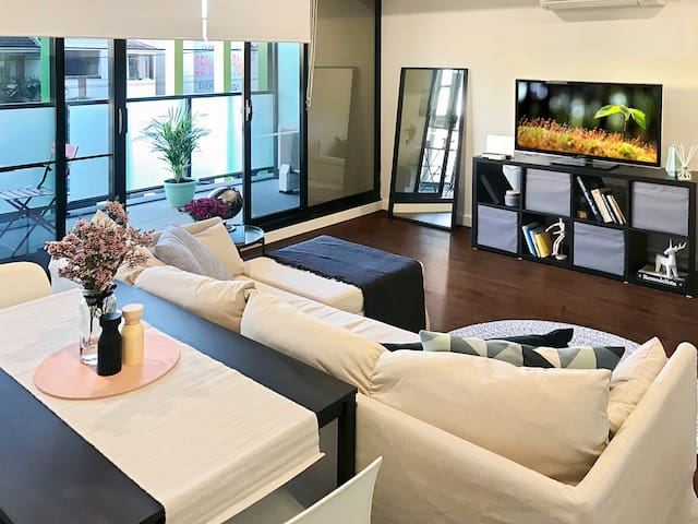 MODERN LYGON ST APT~NETFLIX~AC~BARS~RES @YoUR DOOR