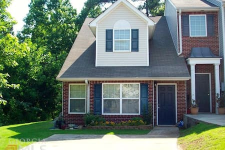 25 minutes South of the Atlanta Airport!  Save $$$ - Newnan - Reihenhaus