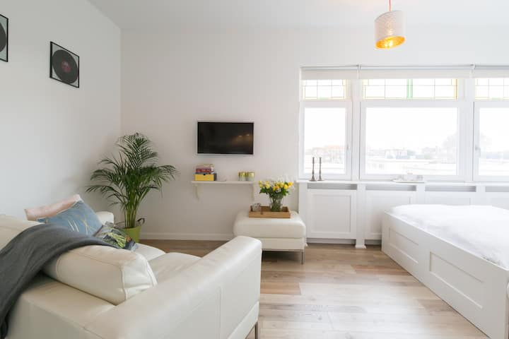 Cozy studio at the harbour and beach of the hague