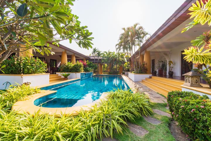 Beautiful 4 Bed Bali Style Villa in Great Location