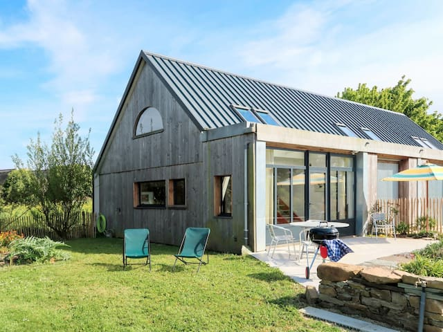 Lovely wooden house about 750 m from the sandy beach Poul-Roudou