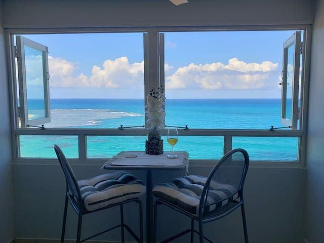 ✈☼♡Breezy beachfront apartment view of paradise✈☼♡