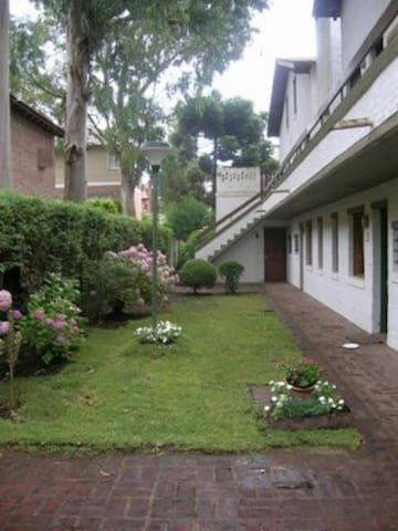 Jardín de entrada al edificio