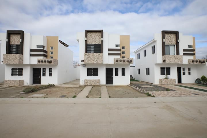 Bonita casa a 5 min de la Playa en privada