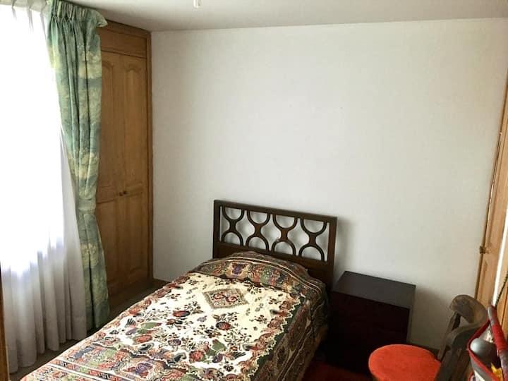 Habitación acogedora y luminosa con dos closets