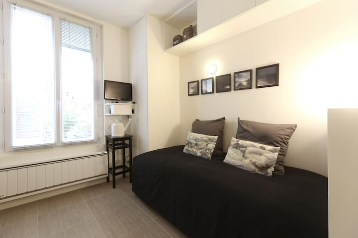 Quiet arty flat close to Montmartre