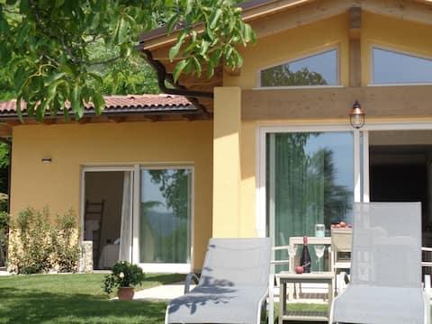 """Villetta """"Gardenia"""" con patio e giardino privato"""
