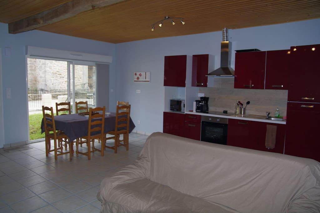 Un grand espace, cuisine, salle à manger, salon